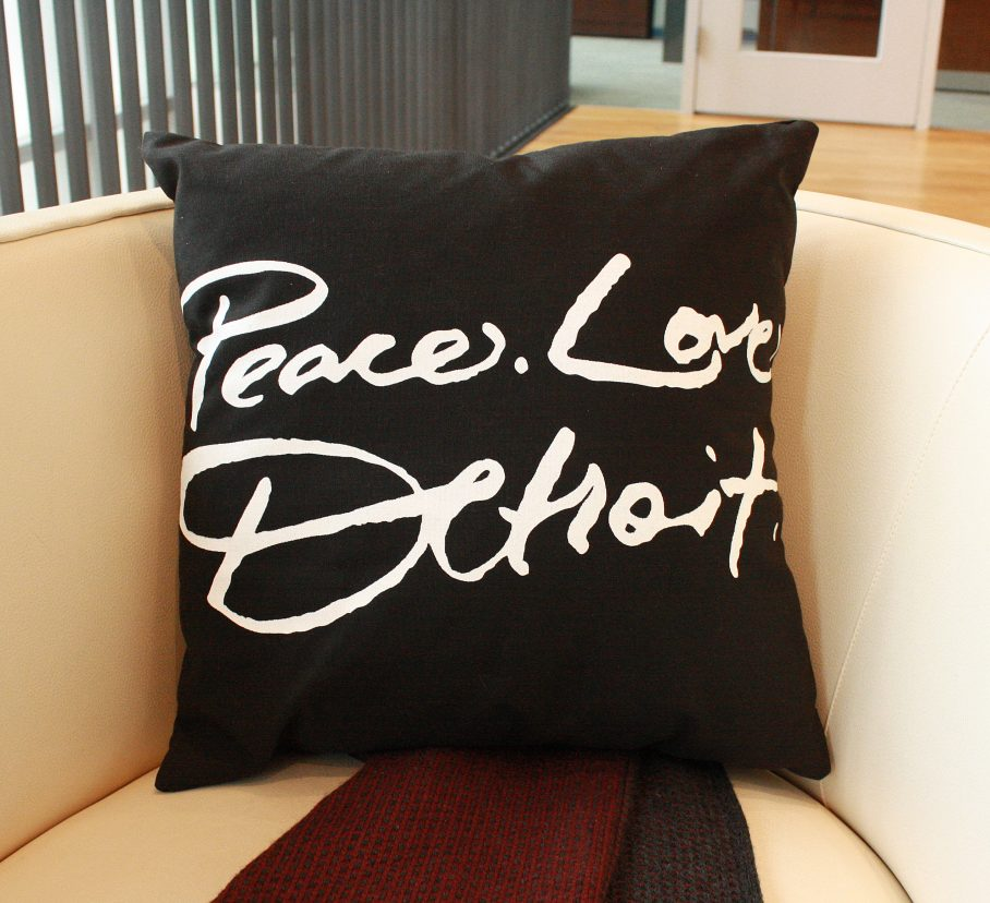 blk_pillow_stage_short